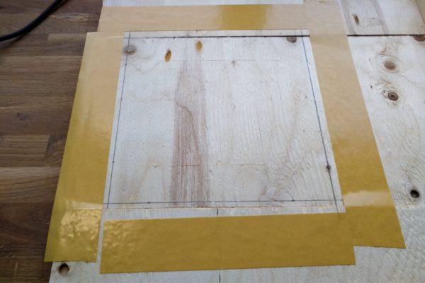 Dobbeltklæbende tape på krydsfinerplade