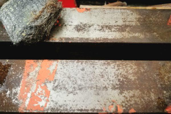 Forsøg med ståluld til at fjerne rust