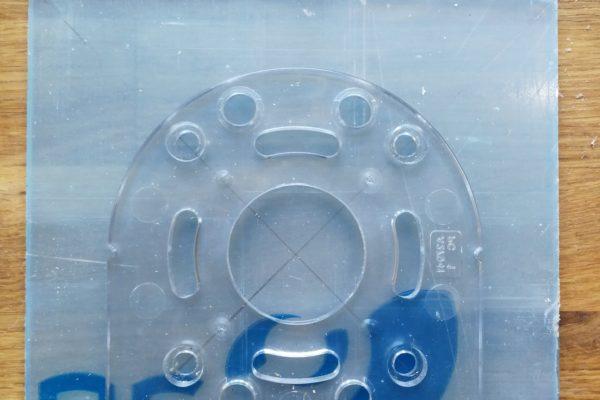 Huller tegnes på plexiglas